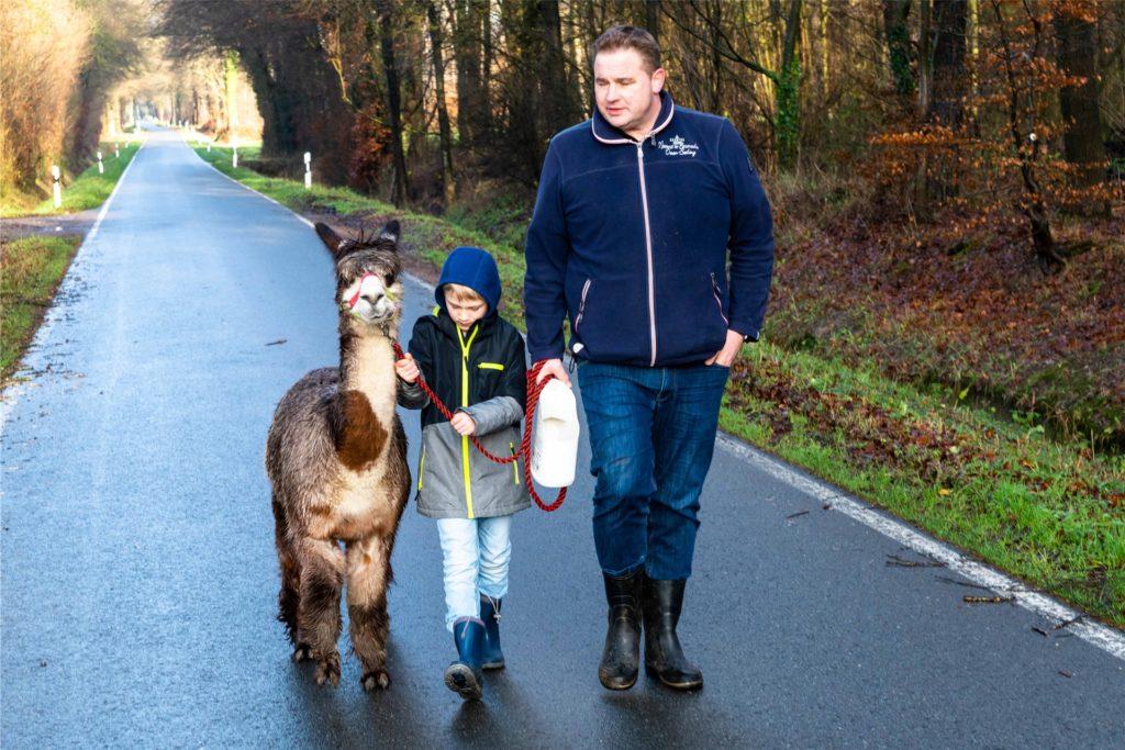 Alpakabesitzer Markus Olbers (r.) stand den Wanderern mit Rat und Tat zur Seite.
