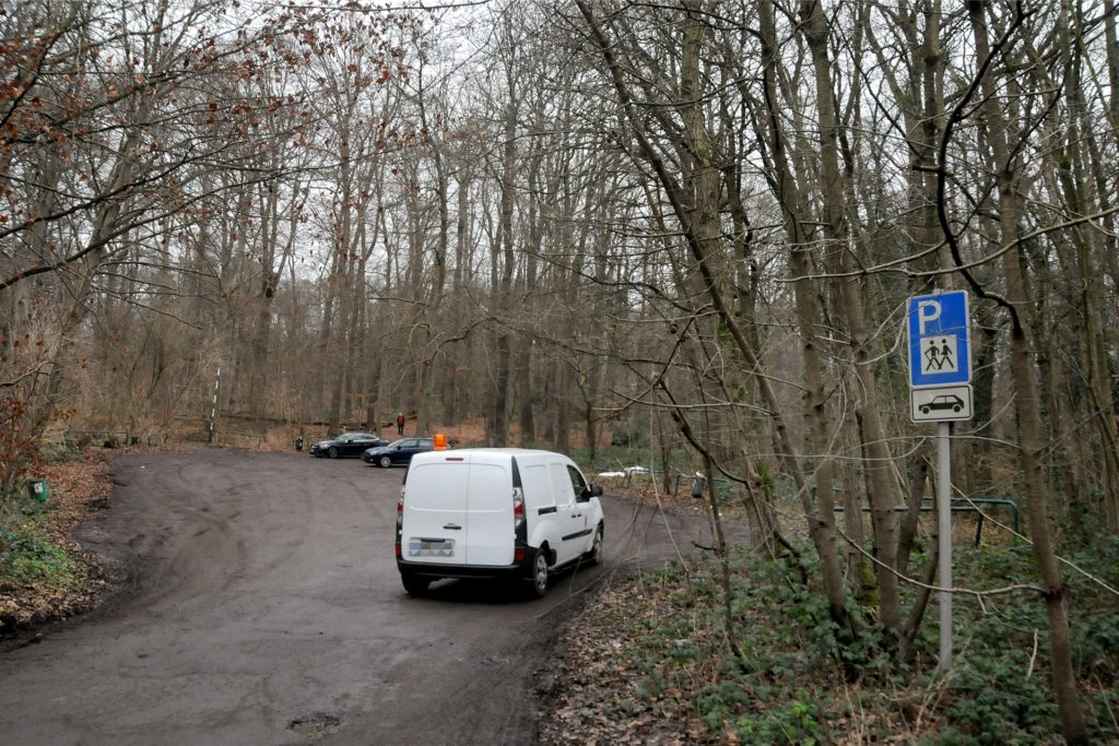 Der Wanderparkplatz an der Ruhrtalstraße: Das städtische Fahrzeug war am Montag gekommen, um illegal abgekippten Müll im Gebüsch einzusammeln.
