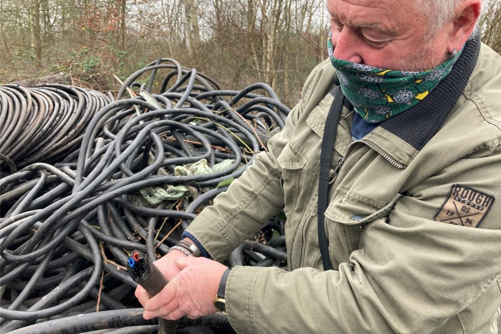 Reiner Schramowski von der Siedlergemeinschaft Deusen hat Ende Dezember mehrere große Müllberge in Dortmund gefunden.