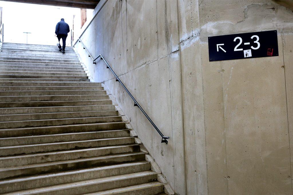 Die Zugänge zu den Bahnsteigen sind im Tunnel schon neu beschildert.