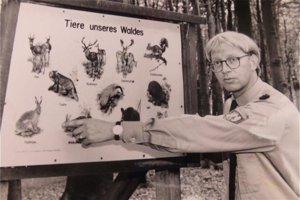 Das Foto am Waldlehrpfad zeigt den früheren Stadtförster Bernhard von Blanckenburg im Jahr 1992.