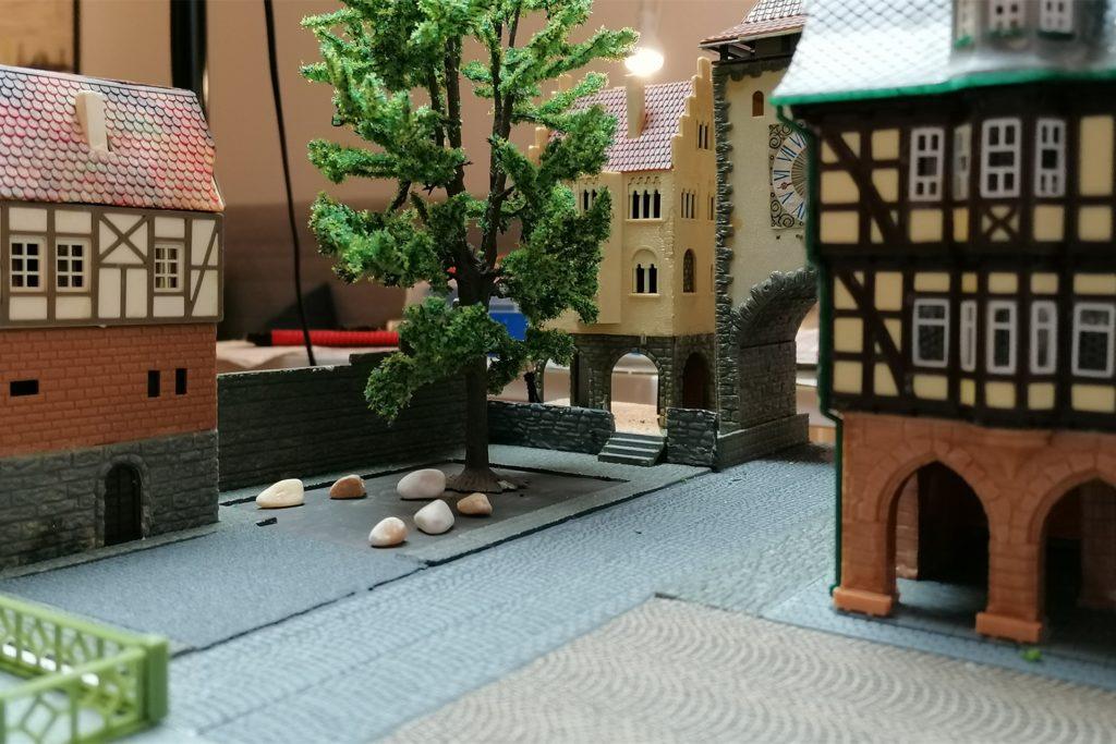 """Unweit vom """"Königshalt"""" liegt der mittelalterliche Freistuhl mit der Femlinde. Im kleinen Fachwerkhaus residiert die Denkmalschutz-Beauftragte. Die Inwertsetzung dieses schattigen Gerichtsortes war ihr ein besonderes Anliegen."""
