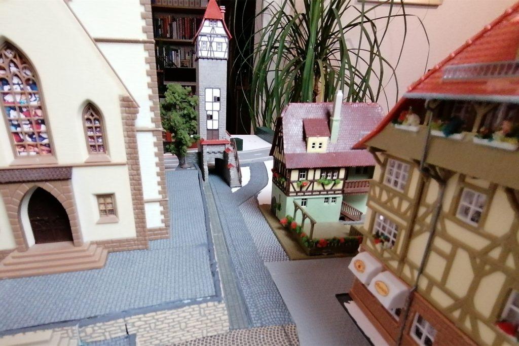 In der Turmwohnung lebt und arbeitet der Tremberger Stadtschreiber. Von hier hat er alles im Blick, um die neuesten Tremberger Geschichten zu notieren.