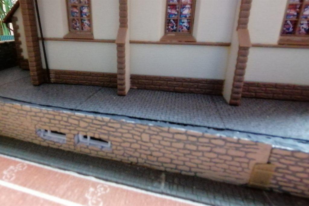 An zwei Abenden entstand unter der Kirche ein Gewölbe mit Fenstern des Bräu-Kellers. Kaum ein Zufall: Eine Holztür liegt direkt gegenüber dem Pfarrhaus.