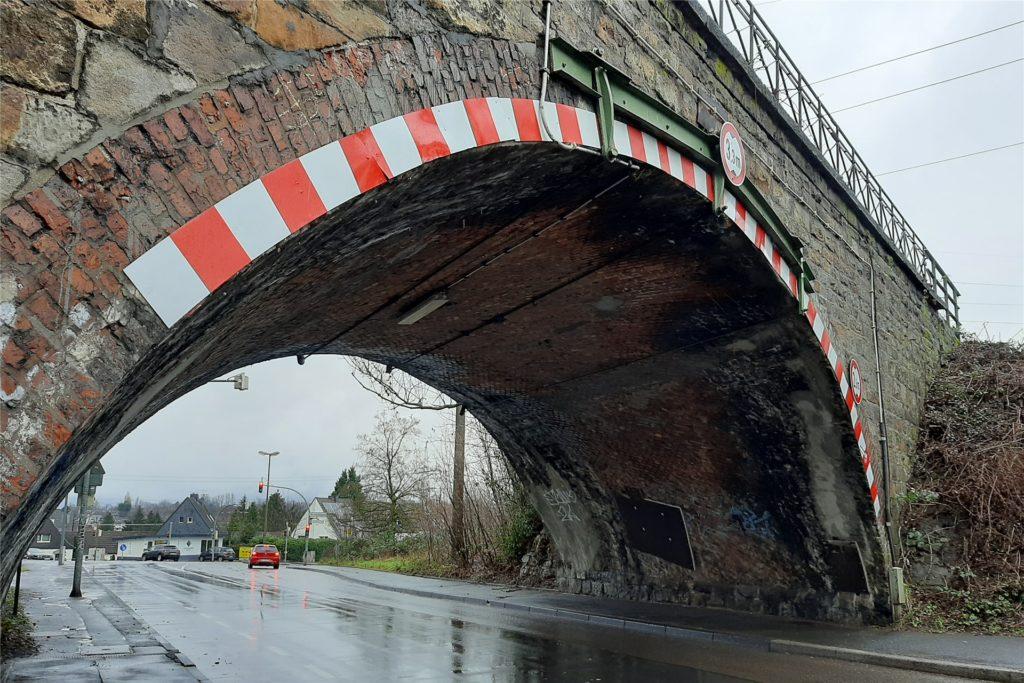 Die Bahnbrücke: Sie wird nach einigen Verzögerungen voraussichtlich 2023 neu gebaut.