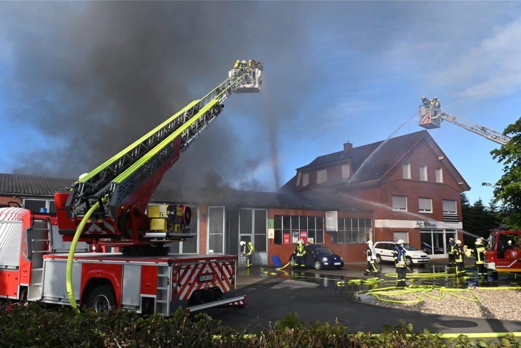 Im Juli musste die Feuerwehr eine brennende Kfz-Werkstatt in Lippramsdorf löschen.