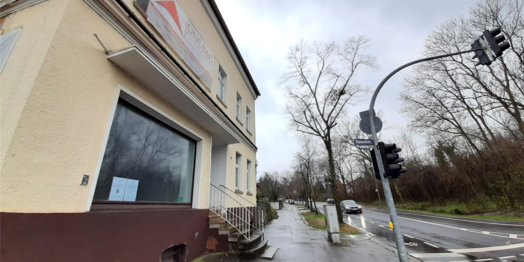 Das alte Haus liegt verlassen an der vielbefahrenen Kreuzung Hagener-/Olpketalstraße. Es soll im Frühjahr abgerissen werden und einem Neubau weichen.