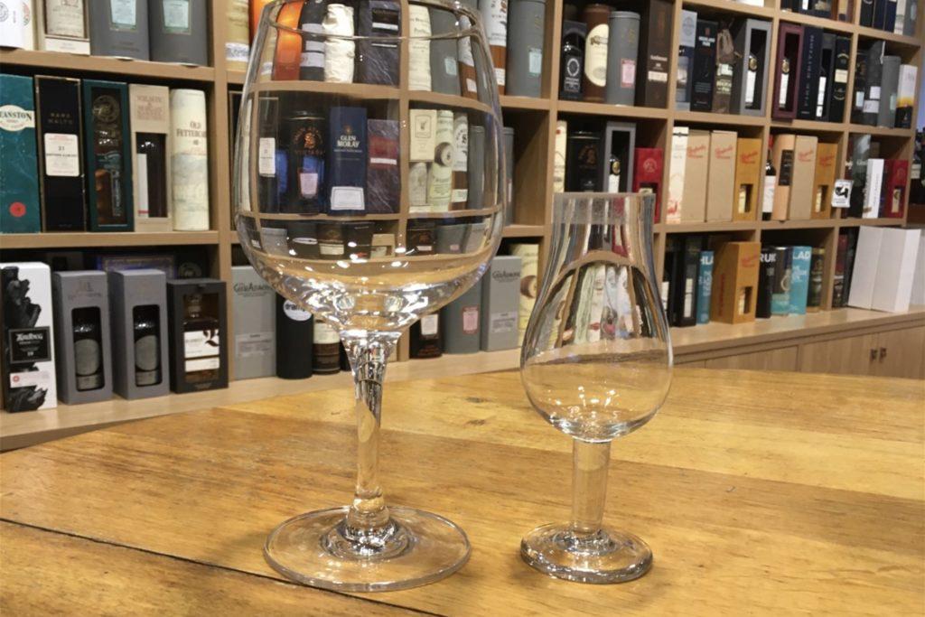Gin-Tonic wird aus einem großen, bauchigen Glas getrunken. Pur bietet sich für das Tasting ein Degustations-Glas an.