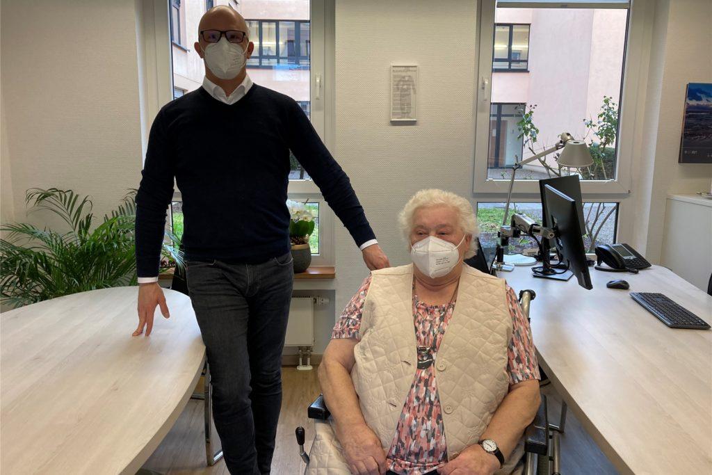 Heimleiter Stephan Schaeper ist froh, als die erste Bewohnerin Margaretha Kloth (87) geimpft ist.