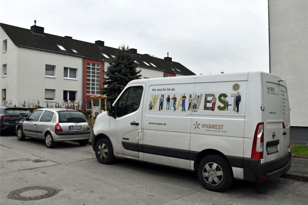 Bei einem Ortstermin mit den Mietern steht zufällig auch ein Fahrzeug von Vivawest am Straßenrand.