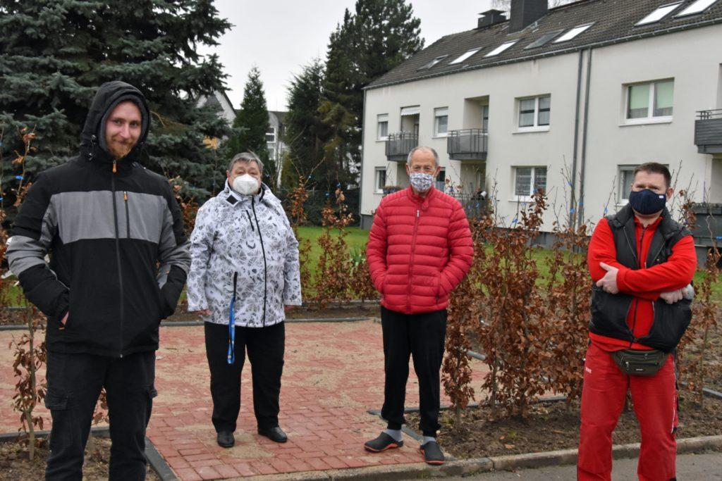 Lukasz Kubiczek, Gabriele Heiber, Dieter Steinhau und Peter Hidusi frieren seit Dezember in ihren Wohnungen (v. l. n. r.). Bei einem Ortstermin schildern sie die Situation.
