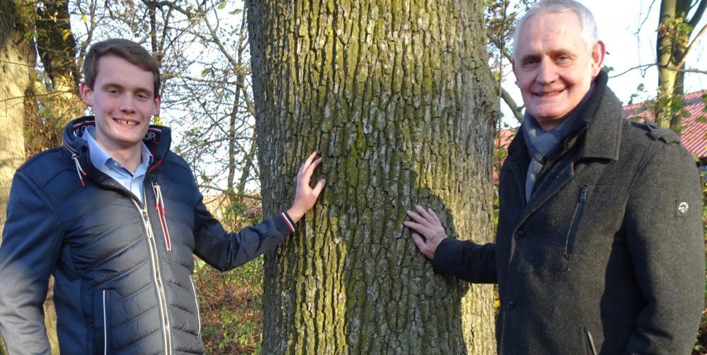 Familie Herick bietet Blühpatenschaften zur Steigerung der Artenvielfalt an. Hier zu sehen: Jonathan und Josef Herick (v.l.).