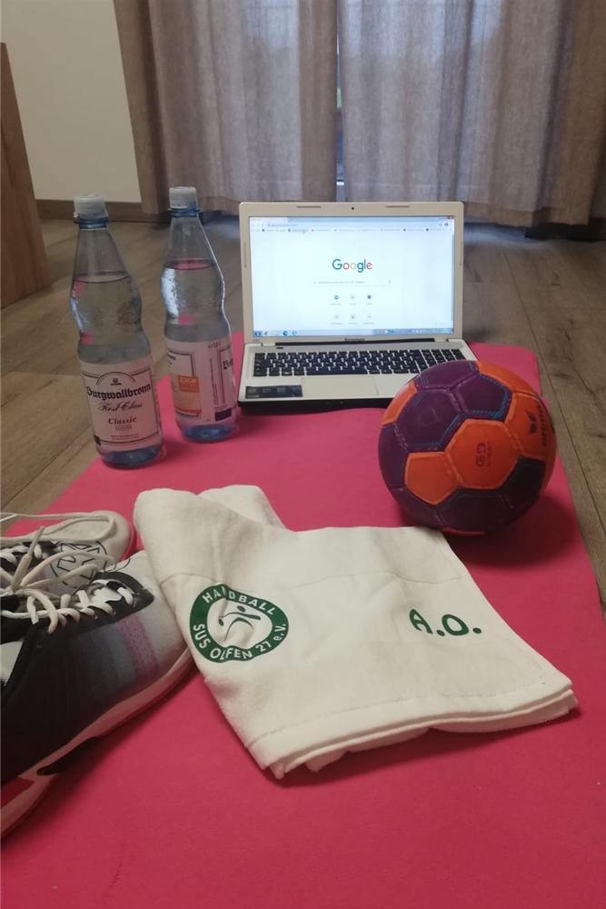 Das Starter-Pack für das Online-Training beim SuS Olfen. Im Vordergrund liegt ein Handtuch, was die Trainerin der Frauen-Mannschaft ihren Spielerinnen geschenkt hat.