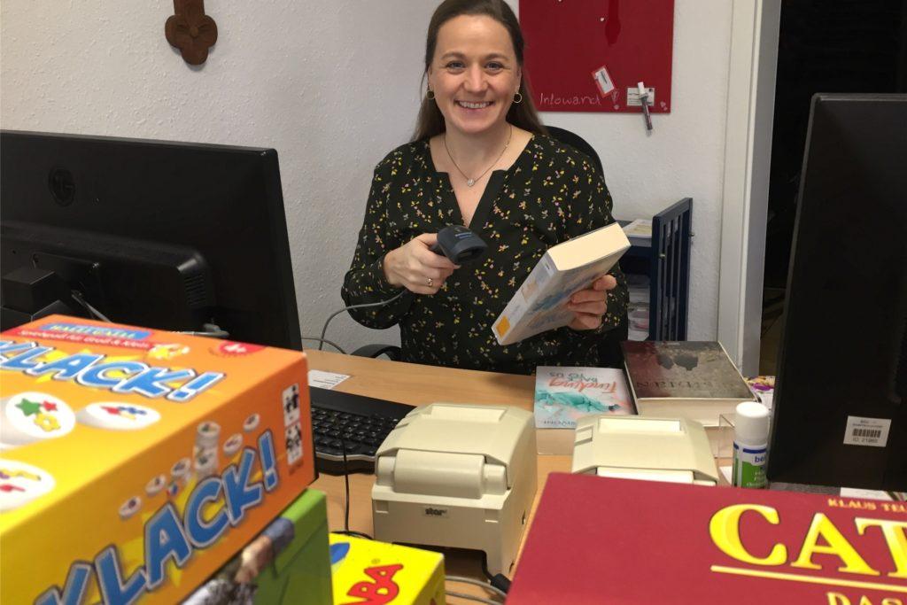 Daniela Daldrup beim Bücher-Einbuchen ins System des Bistum Münster.