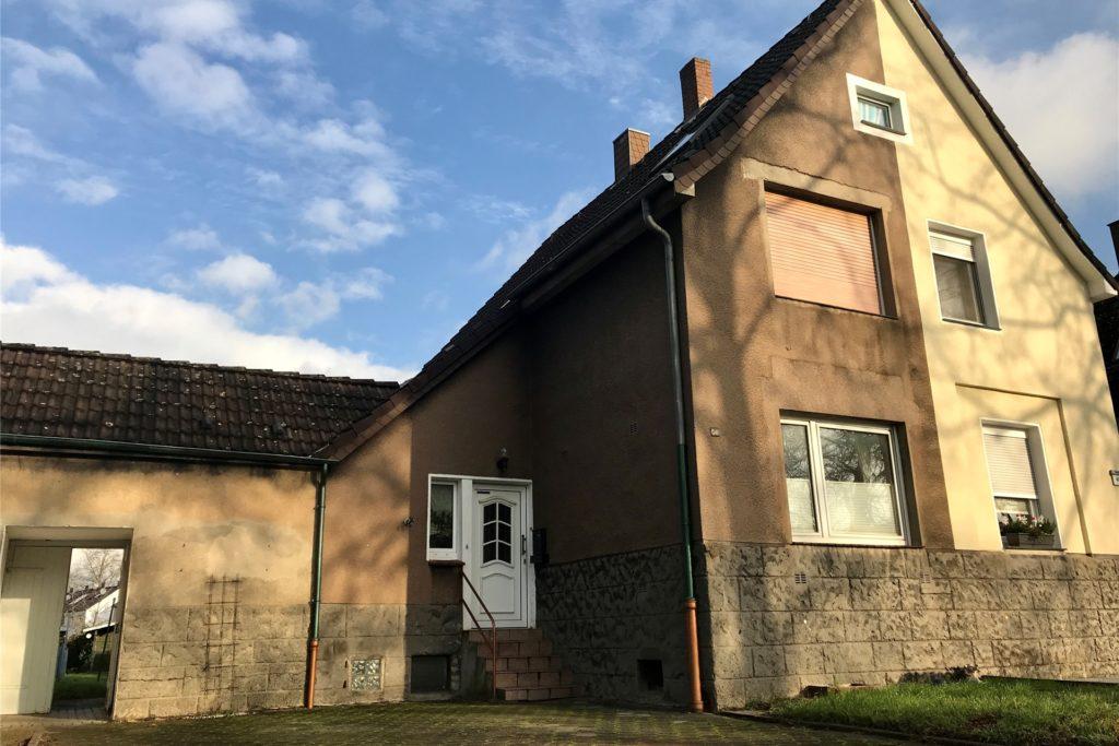 Diese (linke) Doppelhaushälfte an der Groppenbachstraße in Ickern steht bald zur Zwangsversteigerung an.