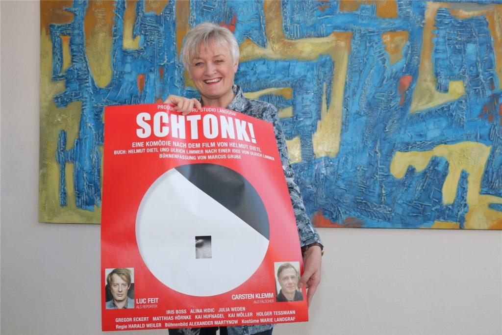 """Auf ein Neues: Marlies Schmid-Goßheger zeigt ein Plakat für die Satire """"Schtonk"""". Das Stück wurde auf Dezember 2021 verlegt."""