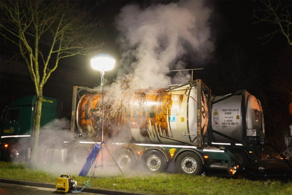 Während der Abpumparbeiten traten am Freitagabend (8.1.) plötzlich gefährliche Substanzen aus, weshalb die ABC-Spezialeinheit ein zweites Mal zu dem umgestürzten Tanklastzug ausrücken musste.