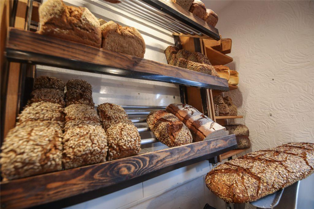 Die kleine Bäckerei bietet zahlreiche Brotsorten an.