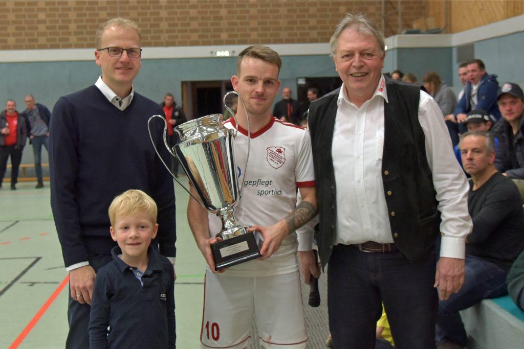 Günter Boll (r.), hier beim Sparkassen-Cup 2020, hob das Turnier mit seinen Kollegen von der DJK Stadtlohn 2006 aus der Taufe.