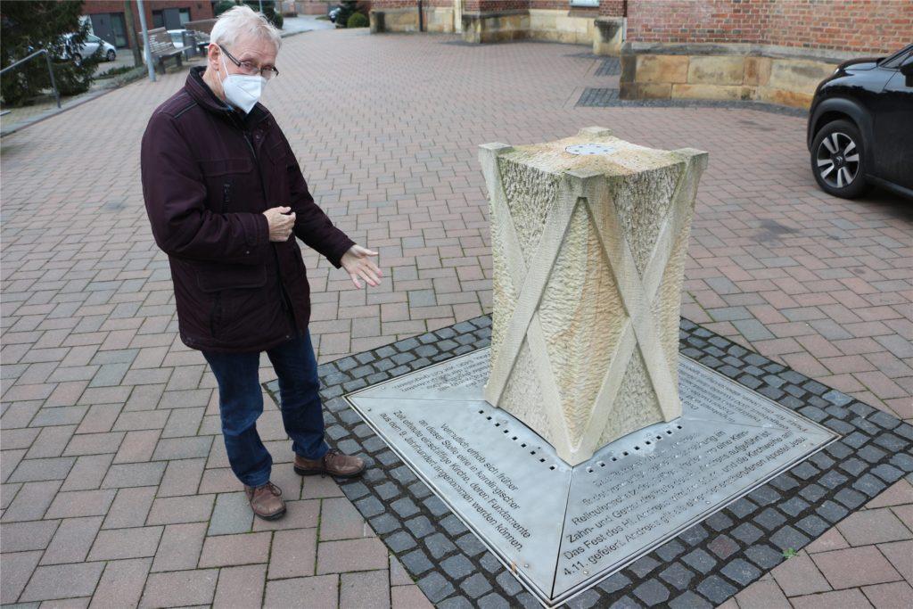 Hubert Feldhaus, Ehrenvorsitzender des Heimatvereins Wüllen, zeigt auf eine Metallplatte am Wasserspiel vor der Andreaskirche: Auf dieser ist dokumentiert, dass es Spuren gibt, die in die karolingische Zeiten hineinreichen. Aufgedeckt durch eine Notgrabung vor 45 Jahren.