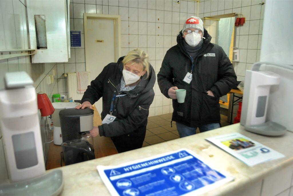 In der Küche können die Betreuer Gabi Raape (l.) und Mario Clausen auch einen heißen Kaffee zubereiten. Der Raum darf nur von Mitarbeitern betreten werden.