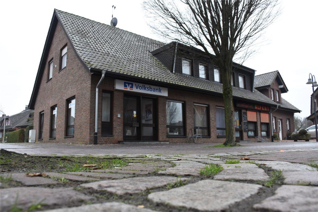 Die Volksbank-Filiale in Ammeloe liegt am Kring, mitten im Dorfkern also. Im selben Gebäude wohnen Menschen.