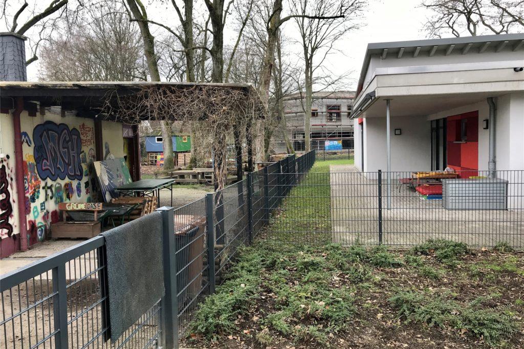 Das alte Marcel-Callo-Haus (l.) wird abgerissen, wenn das neue fertig ist. Es macht dann Platz für einen Spielplatz des Rochus-Kindergartens (r.).