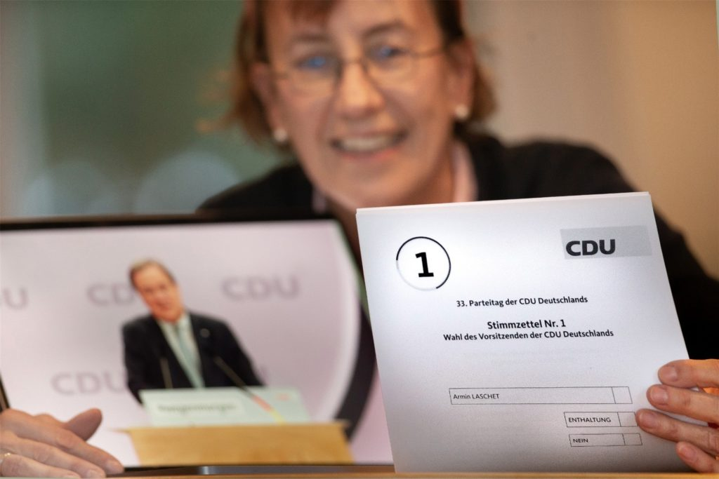 Dr. Annette Littmann mit dem Wahlzettel für die Briefwahl. Damit wird im Nachgang das digitale Wahlergebnis rechtssicher gemacht.