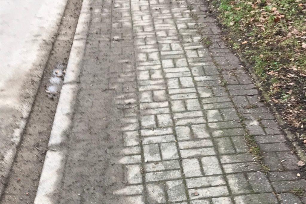 Werner Scholten kritisiert, dass die Baufahrzeuge nach Feierabend Straße und Bürgersteige verdreckt hinterlassen.