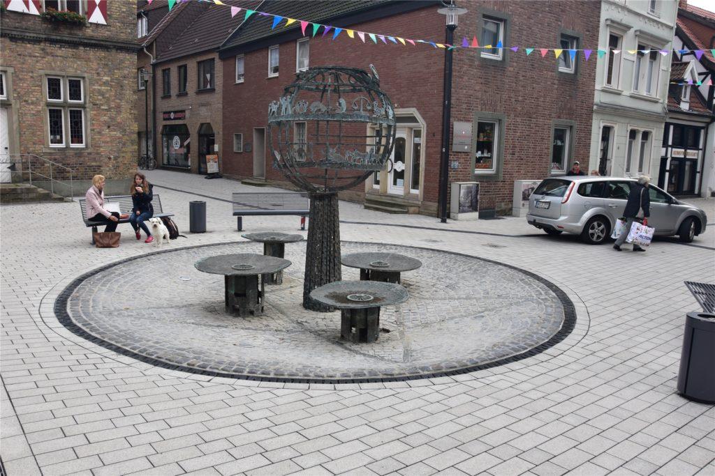 Der Moormann-Platz mit Brunnen und Skulptur: Das Bronze-Ensemble stiftete die Familie Moormann. Es stellt einen Lebensbaum dar, der Schöpfung und Erde symbolisieren soll.