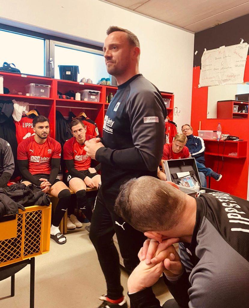 Patrick in Linnemann in der Kabine vor dem Spiel gegen Homberg.