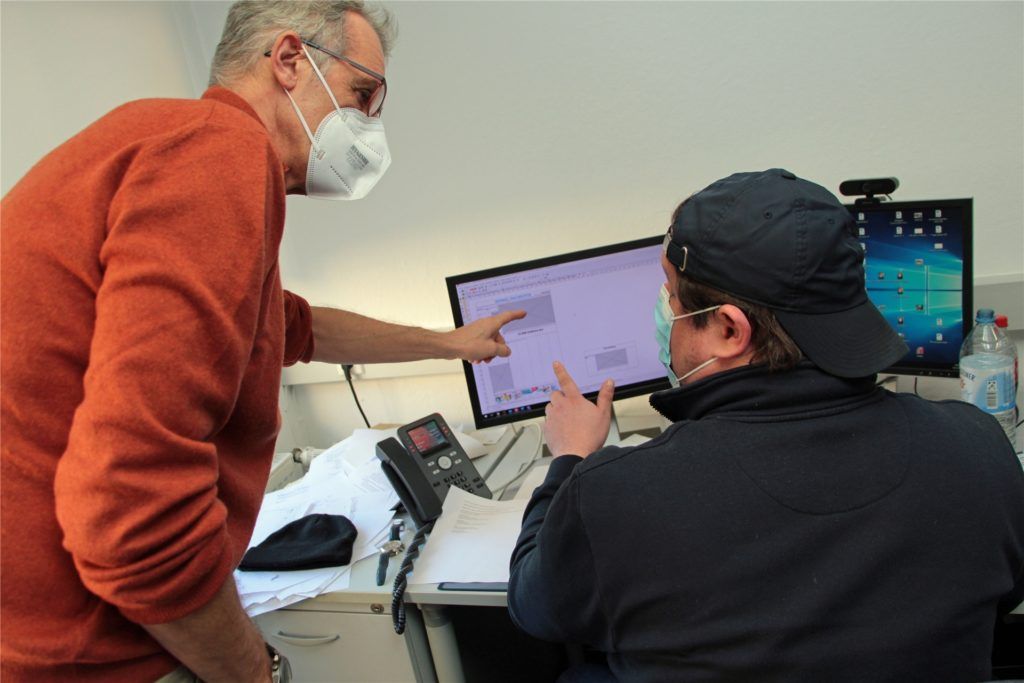 Redaktionsleiter Jörg Heckenkamp (l.) bespricht mit Producer Dominik Gumprich die Platzierung eines Artikels in der Zeitung. Aktuell finden diese Absprachen meist per Teams-Video-Schalte oder Telefon statt.