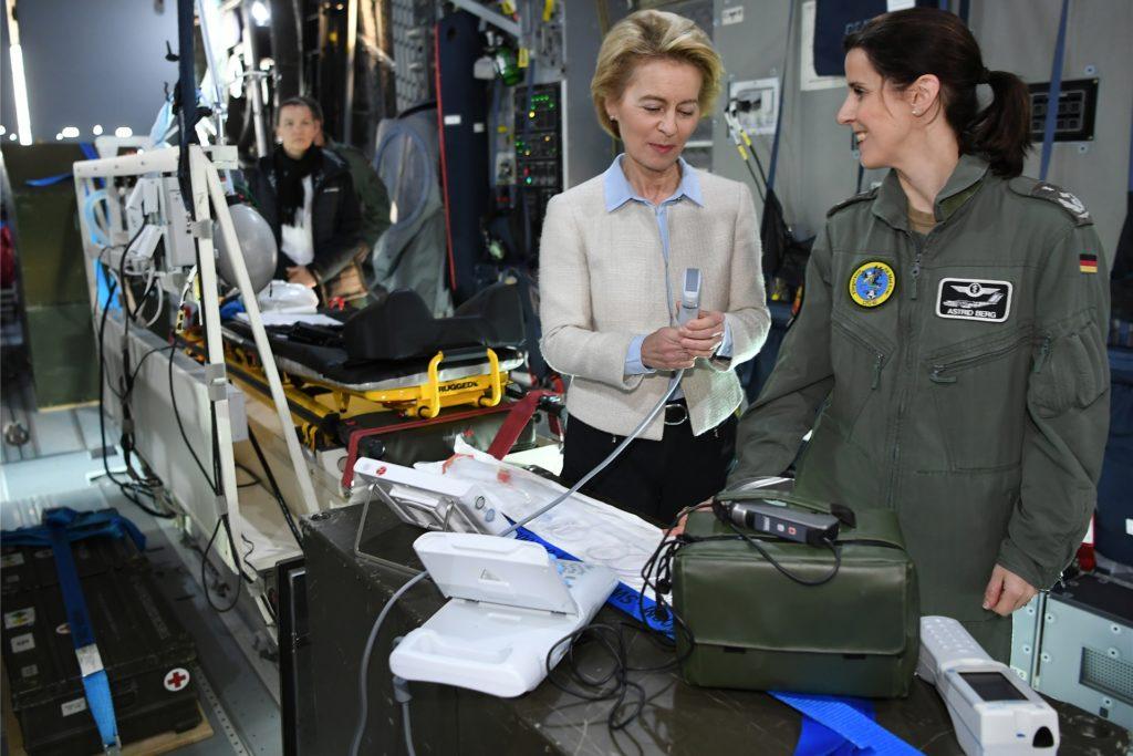 Ein Bild aus dem Jahr 2019, als Ursula von der Leyen noch Verteidigungsministerin war: Das Foto zeigt sie bei einem Besuch des Lufttransportgeschwader 62 an Bord einer A4 100.