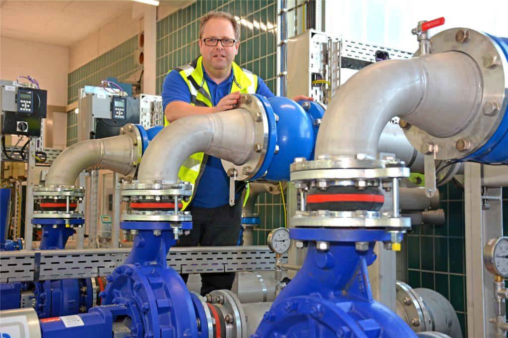 Wassermeister Markus Hörbelt im Wasserwerk in Hundewick. Der Wasserverbrauch ist derzeit so hoch, dass das Wasserwerk bald am Förderlimit steht.