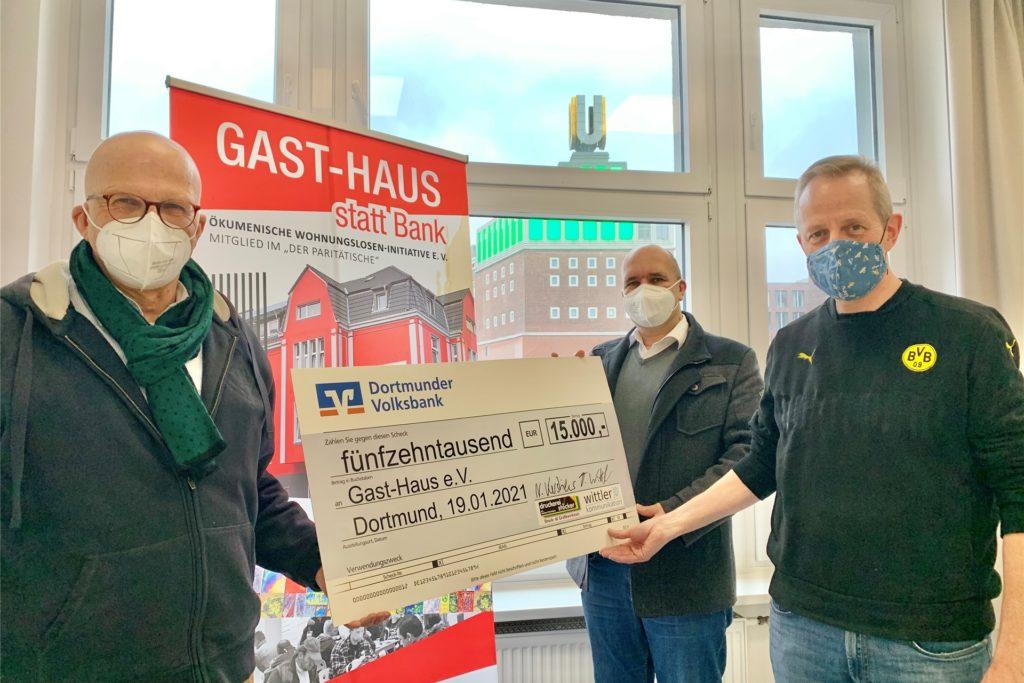 Heinrich Bettenhausen (Gast-Haus, links) freut sich über den symbolischen Scheck, den Torsten Wittler und Norbert Kerstiens überreichen.