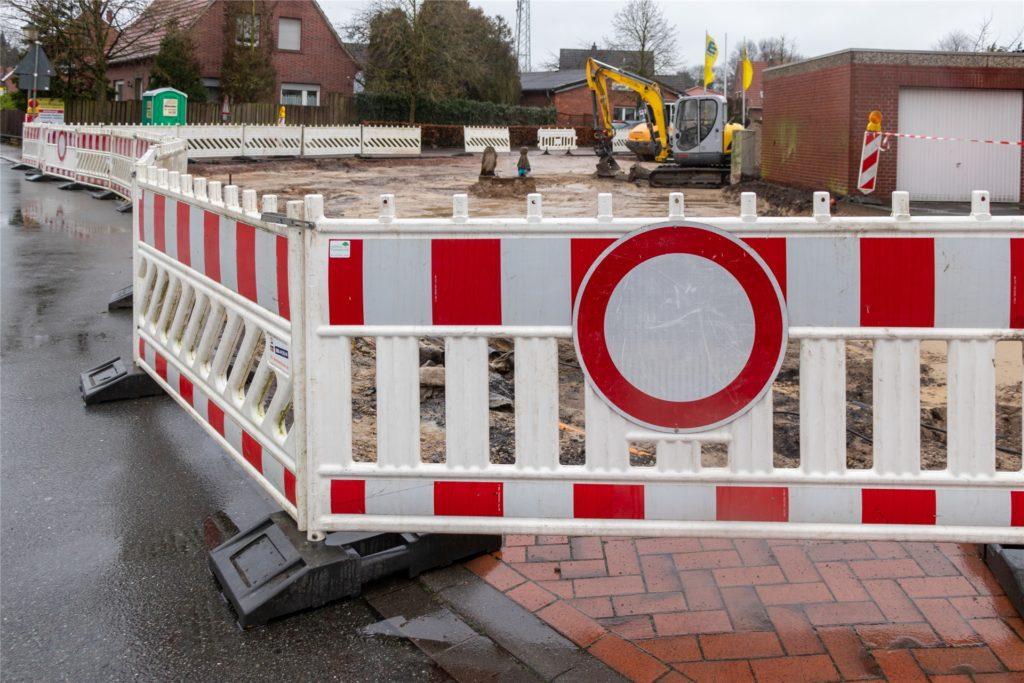 Parken ist in dem Bereich momentan nicht möglich. Im Laufe des Frühjahrs sollen die Arbeiten abgeschlossen sein.