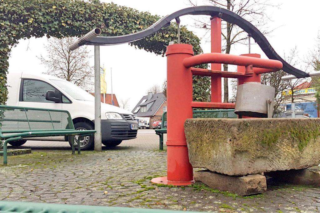 Die Feuerwehrpumpe wird derzeit im Bauhof verwahrt und soll später wieder auf dem umgestalteten Platz aufgestellt werden.