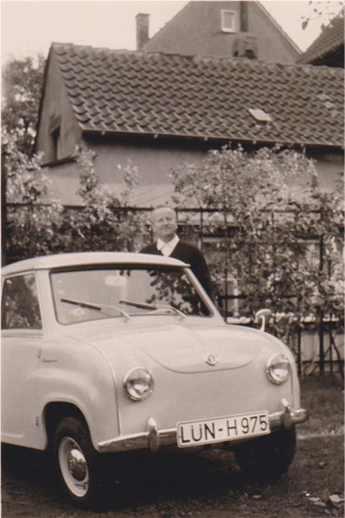 Werner Müllers Vater mit dem Goggomobil, in dem der Hobbymusiker sein Schlagzeug transportierte.