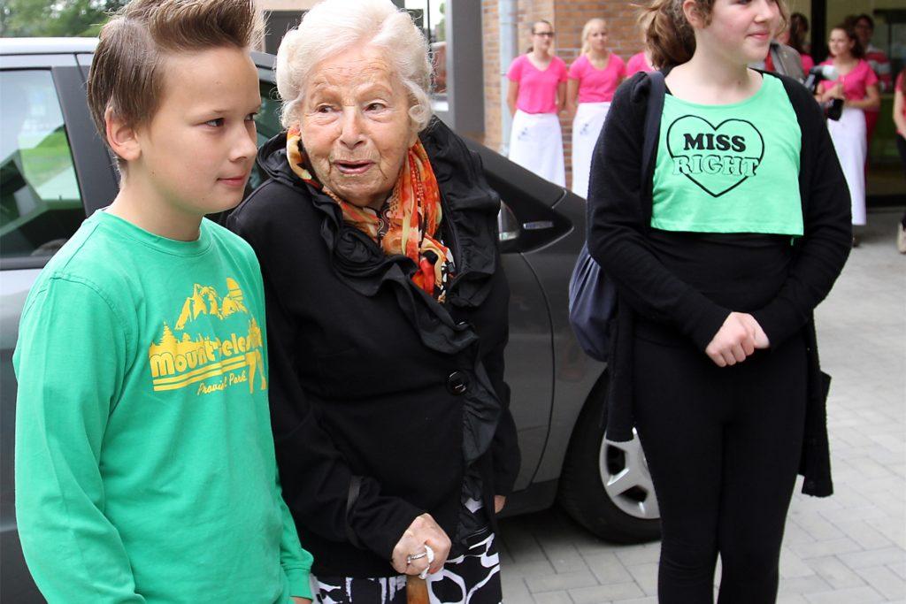 Der Kontakt zur Jugend war Marga Spiegel zeitlebens wichtig. Sie ging gezielt in Schulen, um als Zeitzeugin und Holocaust-Überlebende von ihren Erlebnissen zu berichten. Bei der Einweihung der Marga-Spiegel-Schule (Bild) war sie natürlich Ehrengast.