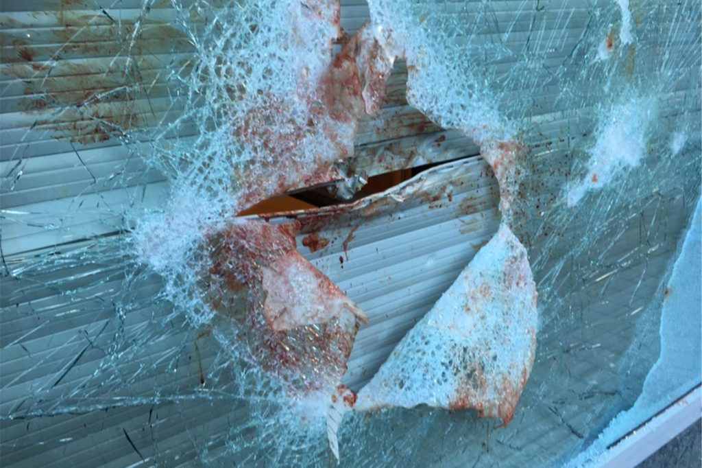 Blut an der Fensterscheibe: Die Polizei in Unna hatte in ihrer Pressemitteilung erklärt, dass sich einer der Täter bei dem Einbruch verletzt haben muss.