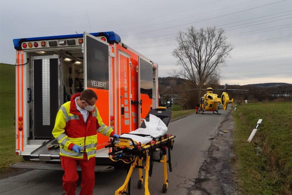 Der Patient aus dem Rettungshubschrauber wurde im Nevigeser Rettungswagen für den weiteren Flug nach Aachen stabilisiert.