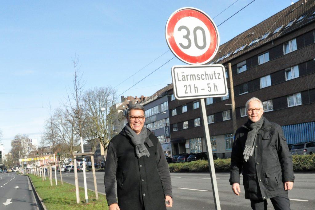 Nachts nur noch Tempo 30 auf dem Wall in Dortmund: Oberbürgermeister Thomas Westphal (l.) und Polizeipräsident Gregor Lange mit einem der neuen Schilder.