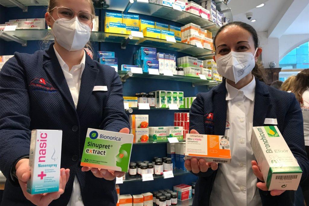Vera Niggemann (l.) und Suzane Takvorian aus der Adler-Apotheke am Markt zeigen, was in diesem Winter deutlich weniger nachgefragt wird.