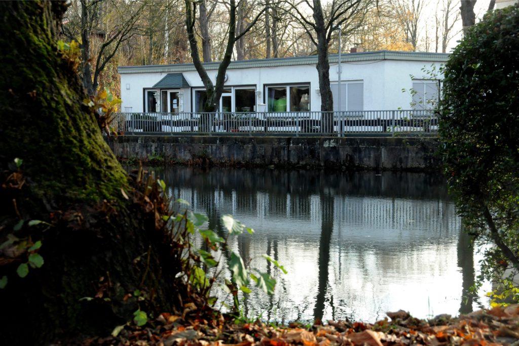 Vor dem ehemaligen Restaurant Zum Grüntal stand der einsatzbereite Rettungswagen am Ufer des Teichs bereit.