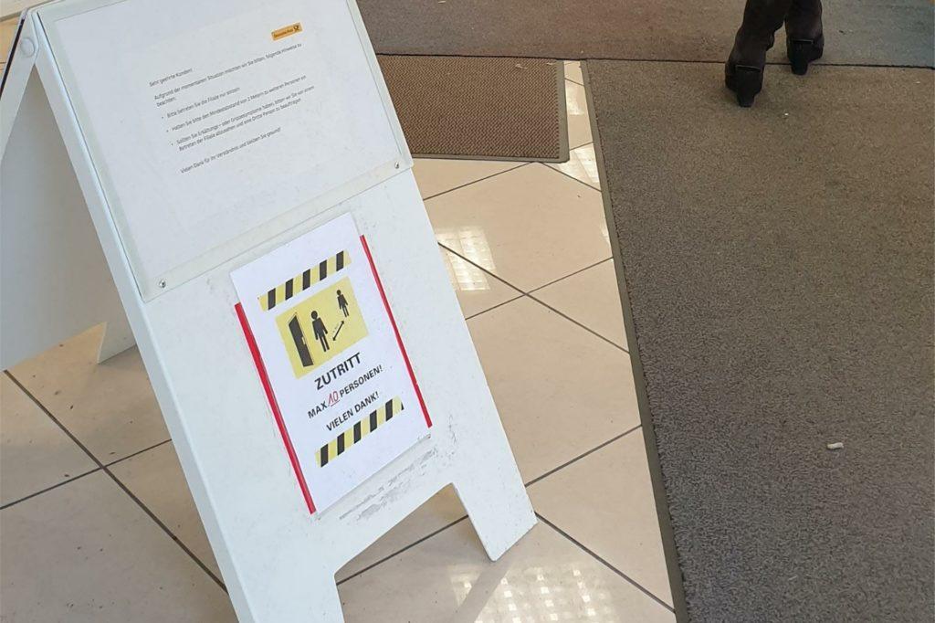 Das Schild im Eingangsbereich weist darauf hin, dass nur zehn Personen gleichzeitig in das Geschäft dürfen.