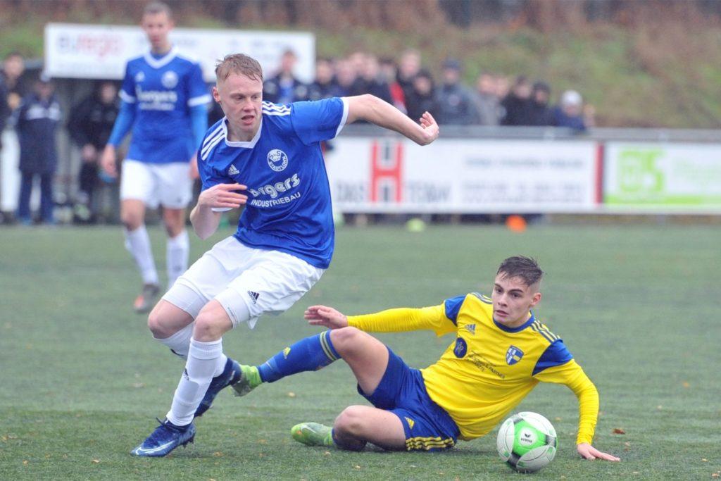 Arian Kraushaar (r.) von den A-Junioren rückt im Sommer in den Oberliga-Kader der SpVgg auf.