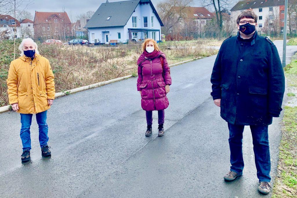 Lothar Buddinger, Uta Koenig und Jan Gravert (v.l., alle SPD) sind verwundert über den Stillstand auf der Baustelle.