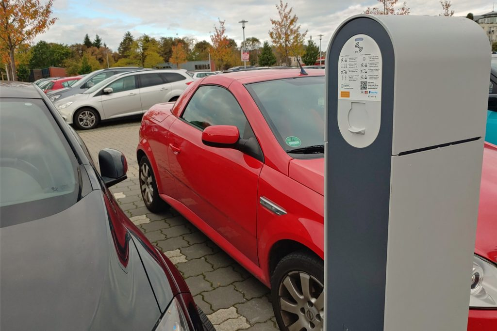 Eine Ladesäule für E-Autos steht seit geraumer Zeit auf dem Pendlerparkplatz am Treffpunkt Altstadt.