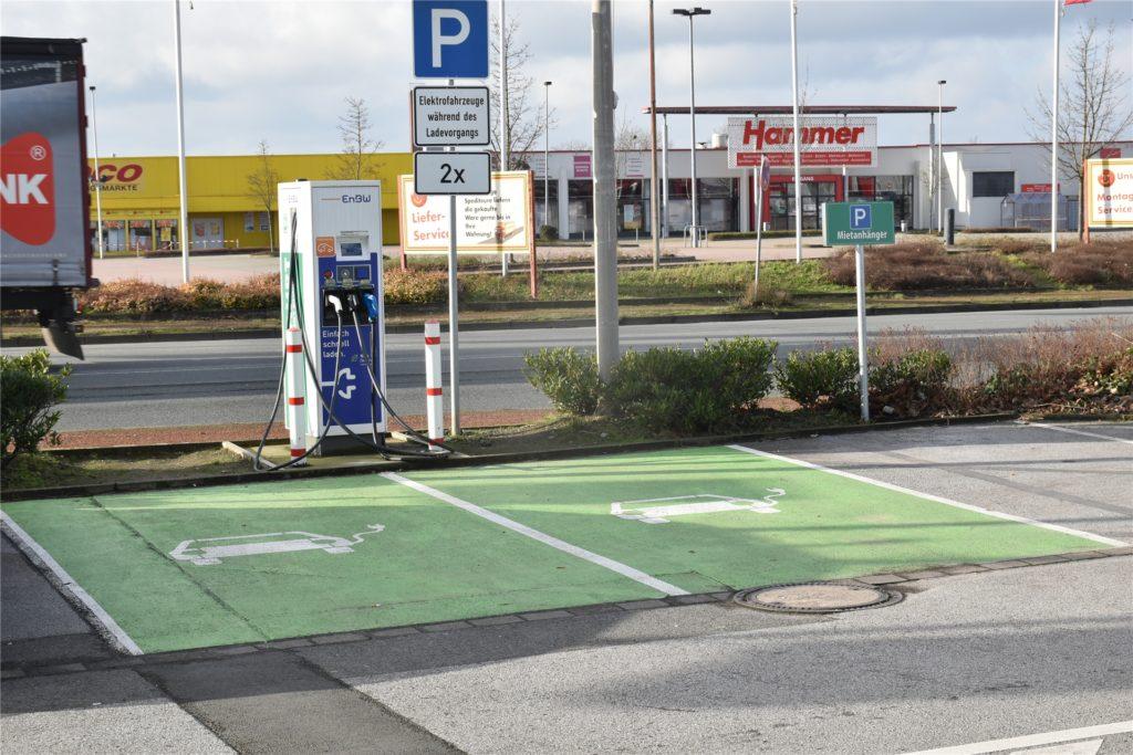 Auf dem Parkplatz des Hagebaumarkts an der Gottlieb-Daimler-Straße können zwei Elektrofahrzeuge aufgeladen werden.