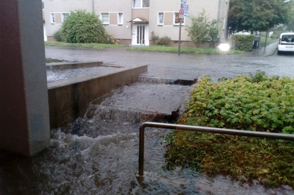 Das Wasser lief 2020 von der Straße die Stufen hinunter zum Kita-Eingang.